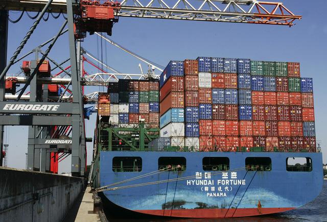 Tragfähige Wettbewerbsfähigkeit: Ein Frachtschiff wird im Hafen von Hamburg mit Containern beladen (29. Juli 2004). (Keystone/Fabian Bimmer)