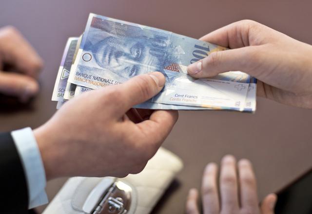 BANK, BANKFILIALE, SCHALTER, GELD, FILIALE, BANKNOTEN, PORTEMONNAIE, PORTMONEE, GELDBEUTEL, HUNDERTERNOTE, HUNDERT, HUNDERTERNOTEN, 100,  FRANKEN,  GELDBEUTEL,  BANKNOTEN, BANKNOTE, SCHWEIZER GELD,
