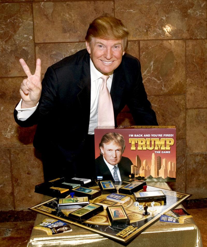 Wer am meisten Geld scheffelt, gewinnt: Donald Trump präsentiert 2004 sein eigenes Brettspiel. Foto: Jim Sulley (Keystone)