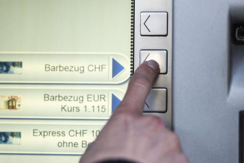 Der Wechselkurs hängt nicht allein von der Zinspolitik der SNB ab: Bargeldbezug an einem Bankautomaten in Zürich. Foto: Christian Beutler (Keystone)