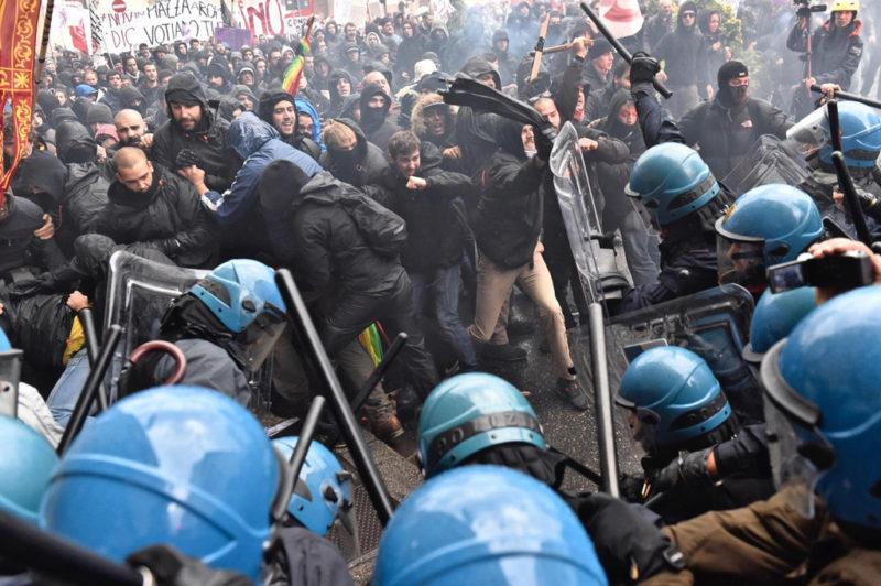 Unsichere Machtverschiebungen in Italien: Demonstration gegen Matteo Renzi in Florenz. (Keystone)