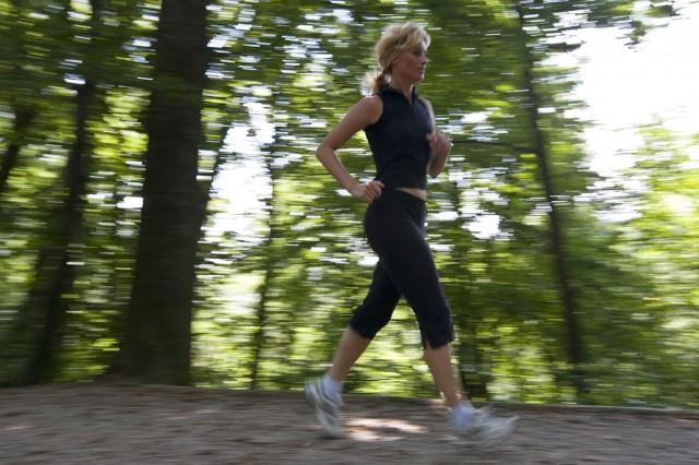 Ein Joggerin rennt am 27. August 2009 ueber einen Feldweg bei Bern. (KEYSTONE/Alessandro Della Bella)
