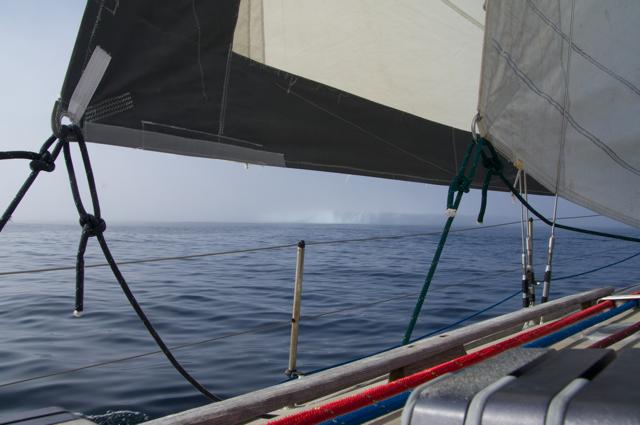 Auf der Überfahrt nach Grönland segeln sie an einem etwa 400 Meter langen, von Nebel umhüllten Eisberg vorbei.