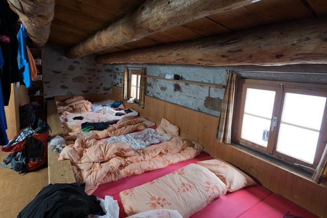 Immer wieder eine willkommene Anregung für Männerphantasien: Massenlager in einer SAC-Hütte (hier die Saoseo-Hütte im Puschlav). Foto: Keystone