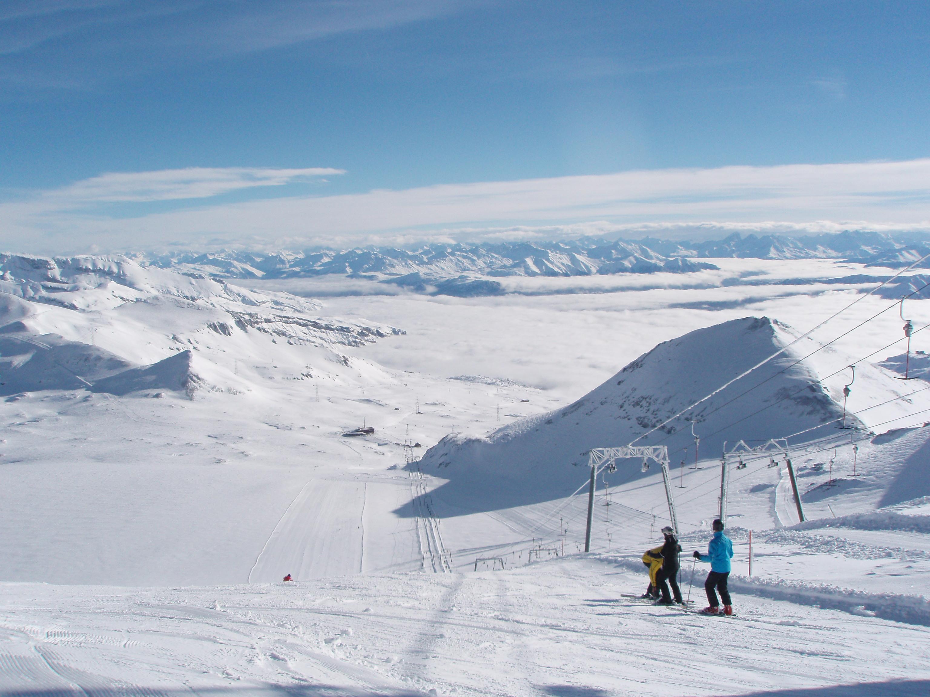 Leere pisten nur für uns alleine skifahrer auf dem vorab gletscher
