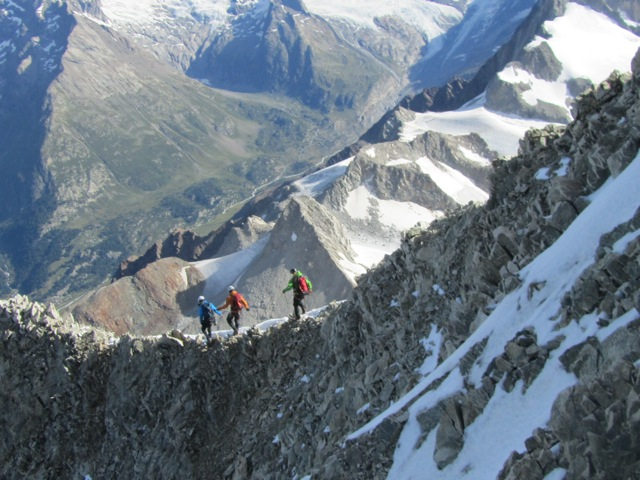Eine Seilschaft beim Abstieg vom Bietschhorn, Wallis.