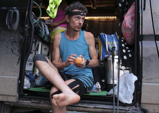 Unverhoffte Hauptrolle eines Umweltskandals: Scott Jurek cremt beim a.  (John Roark/ AP)