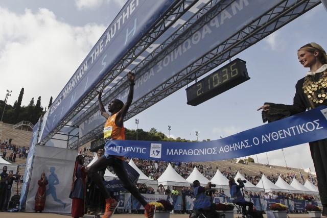 Grosser Bahnhof im Panathinaiko-Stadion: Der Kenianer Felix Kipchirchir Kandie gewinnt den Athens Classic Marathon 2014. Foto: Alkis Konstantinidis (Reuters)