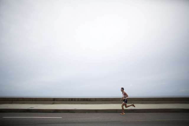 A competitor runs at the seafront boulevard El Malecon during the Marabana marathon in Havana, November 15, 2015. REUTERS/Alexandre Meneghini - RTS7814