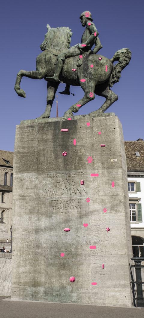 Das Hans-Waldmann-Denkmal beim Fraumünster: Die pinkfarbene «John Forestman» ist eine ideale Aufwärmroute mit grossartigem Panoramablick. Sehr beliebt bei Touristen.