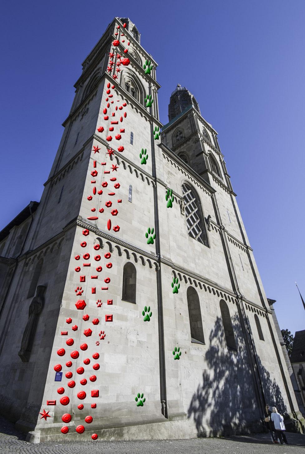 Grossmünster: Am linken Turm die rote Familienroute «Papi, ich will auch mal». Daneben in grün «High heeled Spiderman» (Schwierigkeitsgrad 7b). Für den Klettersteig am rechten Turm «s'Bächli uf und s'Bächli ab» laufen Sponsor-Verhandlungen mit einem Outdoor-Detaillisten, der aber noch nicht genannt werden möchte.
