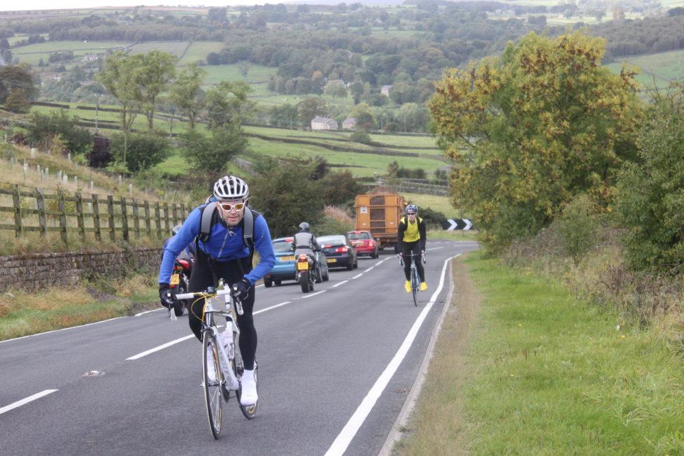 Richtig verkehrt: Velofahrer auf einer Landstrasse in England. Foto: Tejvan Pettinger (Flickr)