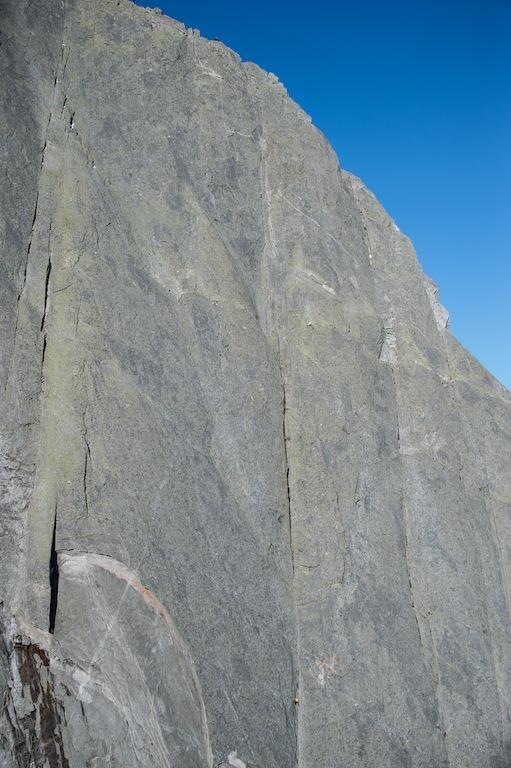 Piz Badile im Bergell: Gewöhnliche Seilschaften brauchen für die Nordostwand einen Tag. Dani Arnold durchstieg sie in 52 Minuten. Foto: Mammut