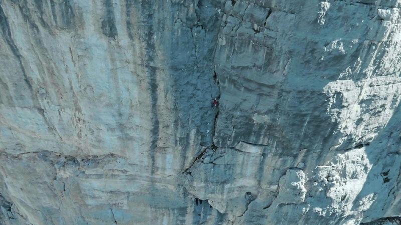 Wer sieht den Kletterer? Dani Arnold alleine, ungesichert und im Speedtempo in der Via Carlesso (7a/7a+). Foto: Mammut