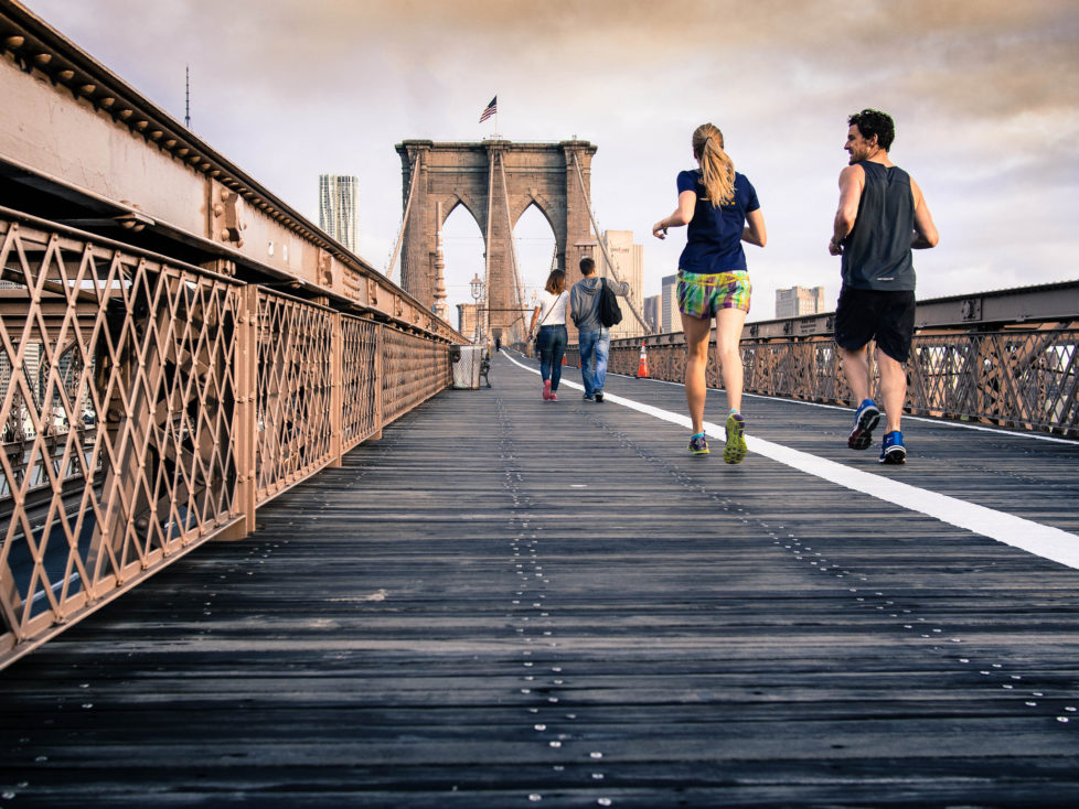 Immer mit der Ruhe: Jogger auf der Brooklyn Bridge in New York. Foto: Curtis MacNewton (Flickr)