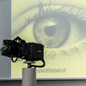 """Ein linkes """"Buendnis gegen den Schnueffelstaat"""" startet mit einer Medienkonferenz und digitaler Projektion das Referendum gegen das soeben vom Parlament verabschiedete Nachrichtendienstgesetz (NDG), am Montag, 28. September 2015, in Bern. (KEYSTONE/Lukas Lehmann)"""