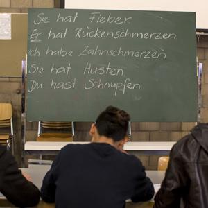 Deutschunterricht im Bundesasylzentrum Glaubenberg in Sarnen, am Donnerstag, 3. Dezember 2015. In der Bundesunterkunft sind zur Zeit 252 Asylsuchende untergebracht. (KEYSTONE/Alexandra Wey)