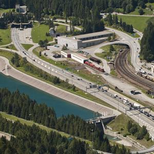 Beide Wege führen zum Ziel: Bestehende Portale von Bahn- und Strassentunnel in Airolo. Foto: Alessandro Della Bella (Keystone)