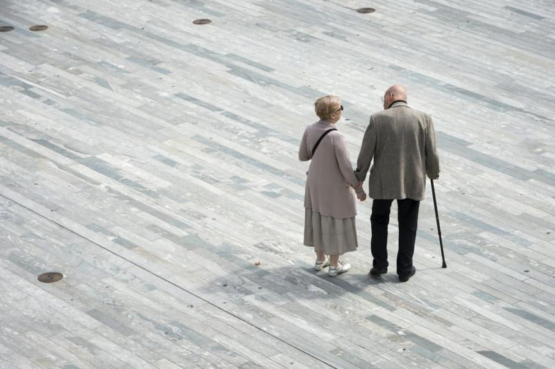 Rentnerpaar auf dem Zürcher Sechseläutenplatz. Foto: Dominic Steinmann (Keystone)