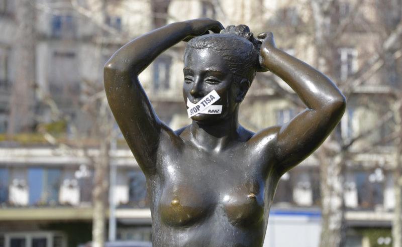 Mitreden erwünscht: «Stop TISA»-Kleber auf dem Mund einer Statue in Genf, Februar 2015. Foto: Christian Brun (Keystone)