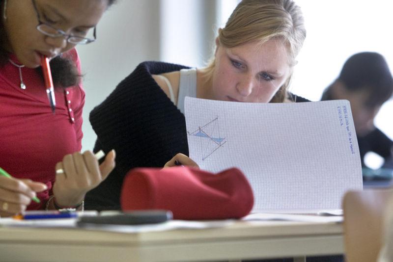 Sie habens noch geschafft: Gymnasiastinnen im Unterricht. Foto: Gaëtan Bally (Keystone)