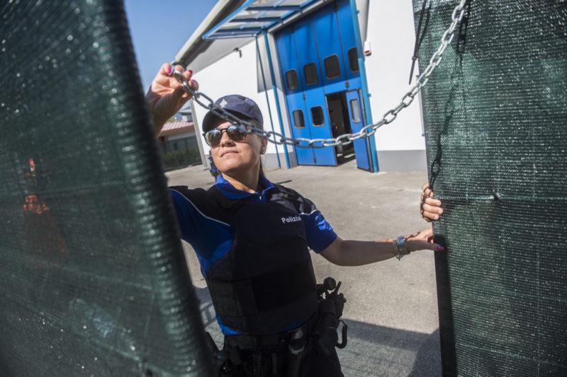 Bis hierher und nicht weiter: Eine Mitarbeiterin der Kantonspolizei Tessin vor dem neuen Rückführungszentrum in Mendrisio-Rancate. Foto: Samuel Golay (Keystone)