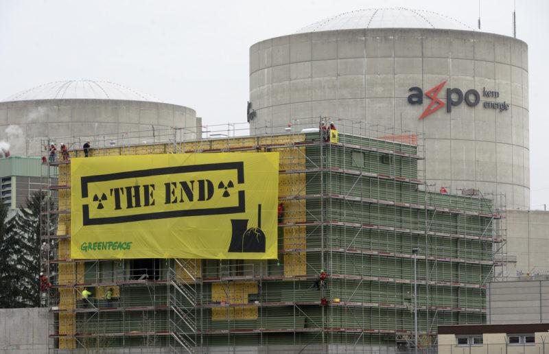 """Greenpeace-Aktivisten haengen Transparente mit der Aufschrift """"The End"""", auf, am AKW Beznau bei Doettingen AG, am Mittwoch 5. Maerz 2014. Aktivisten von Greenpeace sind am Mittwochmorgen in das Gelaende des AKW Beznau der Axpo eingedrungen und verlangen die sovortige Einstellung des AKW Beznau. (KEYSTONE/Urs Flueeler)....Greenpeace activists hang banners saying """"The End"""", on the face of a building of the Nuclear power plant Beznau near Doettingen, Switzerland, Wednesday, 05. March2014. Greenpeace demands the immediate closure of the 45 years old power plant. (KEYSTONE/Urs Flueeler)...."""