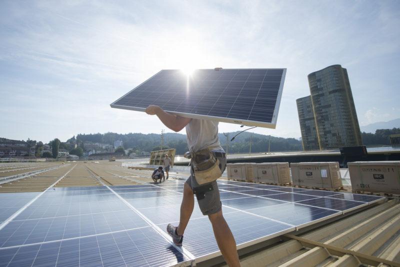Seit 2014 verbrauchen wir selber produzierten Solarstrom: Montage einer Photovoltaikanlage auf dem Dach der Swissporarena in Luzern. Foto: Urs Flüeler (Keystone)