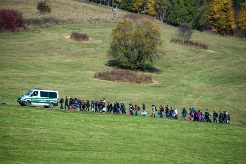 Deutschlands Innenminister möchte sie schon an der Grenze zurückschicken: Flüchtlinge folgen einem Fahrzeug der Bundespolizei in Bayern, Oktober 2015. Foto: Armin Weigel (DPA, Keystone)
