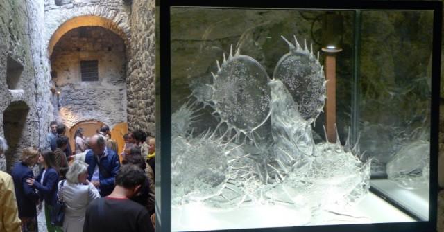 Vernissagegäste im Hof der Burg, Inks Werk «Easy Prey»