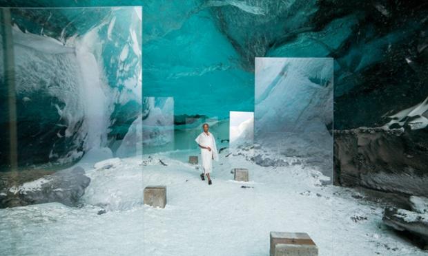 Ein Still aus Isaac Juliens Film: die romanitsche Architektin in den Eishöhlen Islands