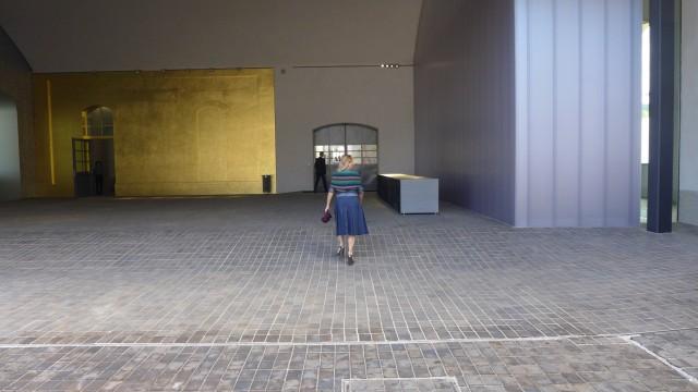 Signora Miuccia Prada schreitet energisch ihr neues Reich ab