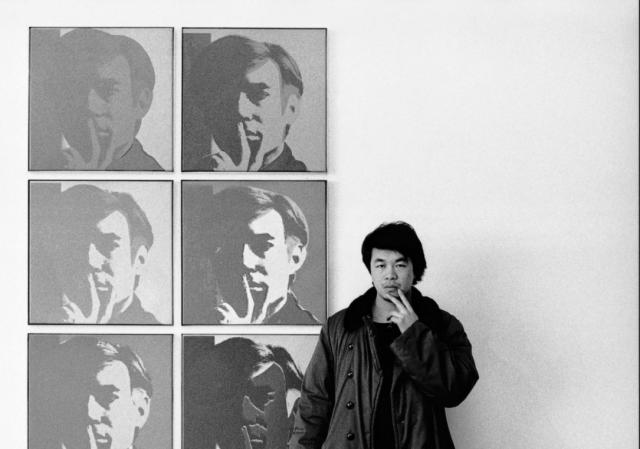 Der junge Ai Weiwei macht den grossen Warhol gestisch nach