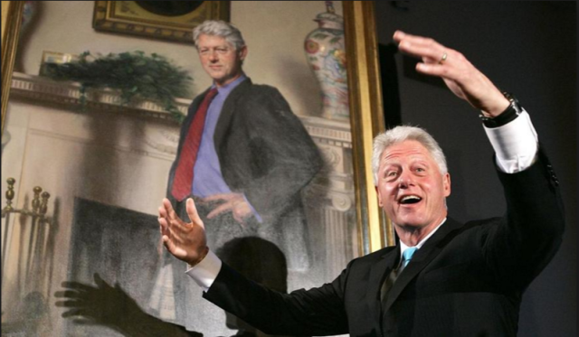 Bill Clinton präsentiert sein Porträt (noch bevor er ahnte, dass die berühmte Praktikantin als Schatten drin schlummert)