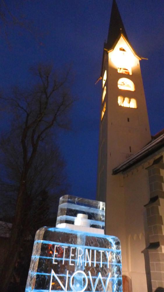 Zwei Konzepte der Ewigkeit: Der Kirchturm von Zuoz und schmelzende Skulptur