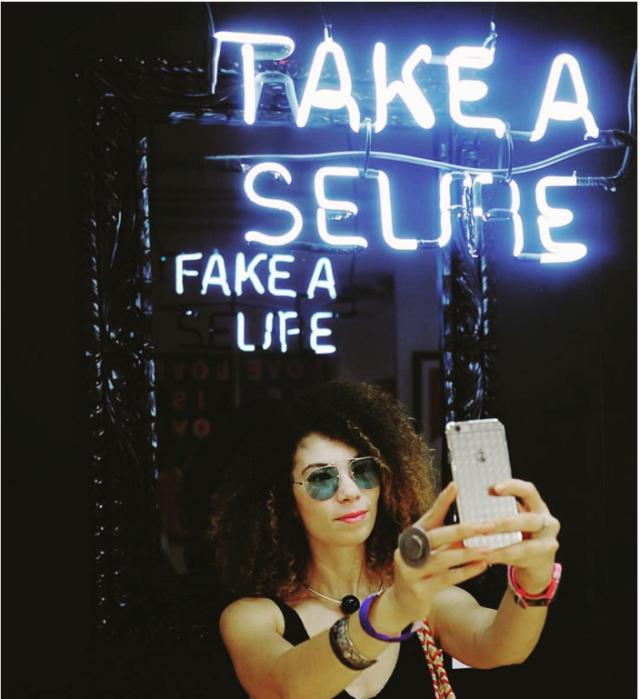 Kolumbianischer Künstler Camilo Matiz macht siech über die Millenials lustig: sein Werk war ein beliebtes Selfie-Hintergrund an der letztjähriger Art Basel Miami Beach