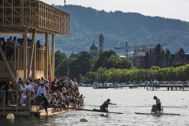 Liebling der Massen: der «Pavillon of Reflections» auf dem Zürichsee, hier während der Performance von Maurizio Cattelan, der Edith Hunkeler übers Wasser fahren lässt. Foto: Urs Jaudas