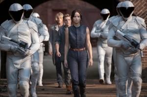 Katniss und Peeta auf dem Weg zur Rekrutierung.