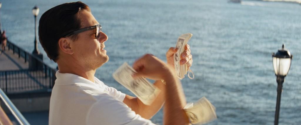 Immer raus damit: Jordan Belfort wirft mit 100-Dollar-scheinen um sich.
