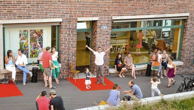 Offen! Philipp Brogli auf dem roten Teppich vor seinem neuen Ausstellungsraum. (Foto: Andreas Schneider)