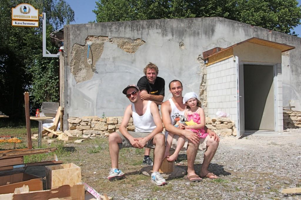 Das «Kaschemme»-Team: Eres Oron alias DJ Montes, Daniel Henke und Marco Schmutz mit Tochter. Wer den neuen Club von Innen sehen will, kann das ab Samstag vor Ort tun.