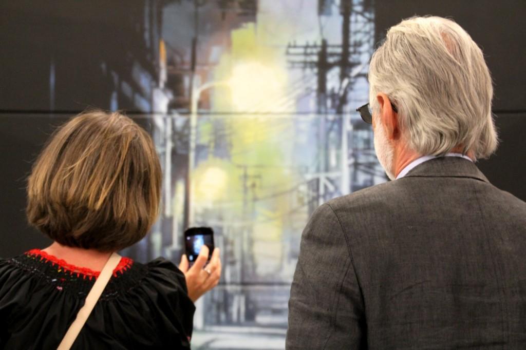 Strencil-Koriphähe: Zwei Kunstfreunde betrachten ein Schablonen-Bild des US-Künstlers Logan Hicks.