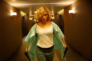 Scarlett als ballernde Lucy...