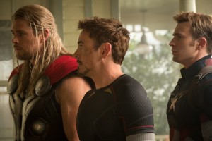 Cooles Duo mit Nerd: Thor (Chris Hemsworth), Tony Stark (Robert Downey jr.) und Captain America.