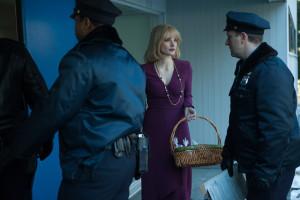 Anna muss die Polizei das Haus durchsuchen lassen.