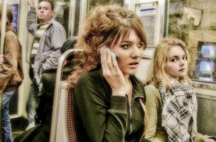 Die junge Dame spielt mit ihrem Leben: Laut telefonieren im Tram.