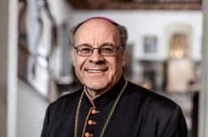 Bischof Huonder will Gott erklären, dass er bei der Erschaffung von Homosexuellen einen Fehler machte.