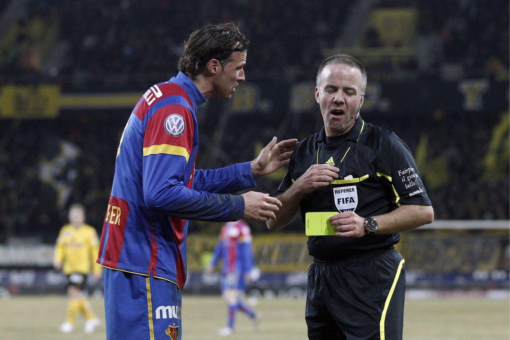 Schiedsrichtervorteil für den FC Basel? Basels Marco Streller diskutiert mit einem Schiedsrichter. (Bild: Keystone/Peter Klaunzer)