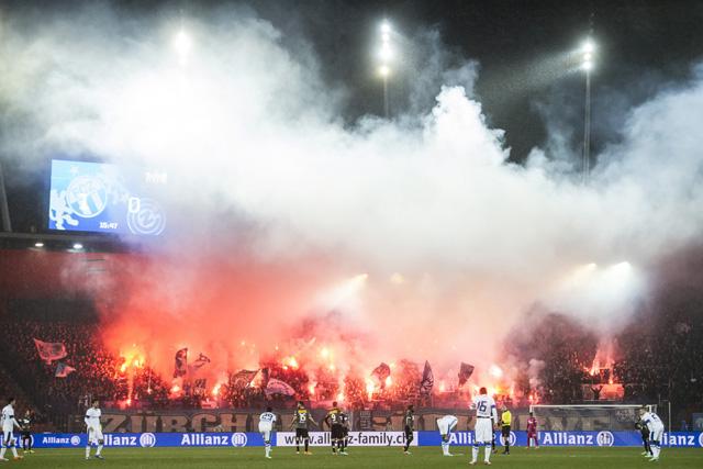 Fans zünden Pyros während des Spiels zwischen dem FCZ und GC am 1. März 2014. Foto: Ennio Leanza (Key)
