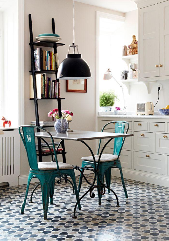 ... Einem Tollen Weissen Tisch, Zwei Designerstühlen Und Einer Rustikalen  Bank Ein Stilvoller Und Gemütlicher Essplatz Für Eine Ganze Familie  Entstanden.